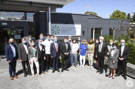 Gruppenfoto vor dem PORT Gesundheitszentrum Schwäbische Alb in Hohenstein